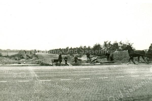 F3571<br /> De aanleg van de Carolus Clusiuslaan en de afbraak van het huis en de schuur van P. Moolenaar. Foto: 1939