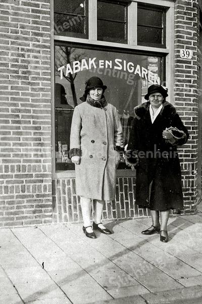 F1123 <br /> Links staat mevr. Van Veelen-Diemel voor haar sigarenwinkel aan de Zandslootkade nr. 39, met haar zuster Cato Lalleman-Diemel uit Den Haag. Foto: 1932.