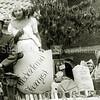 F1102 <br /> Bevrijdingsoptocht van het buurtfeest van D.V.V. op 26 juli 1945. V.l.n.r.: Kees Zandbergen, meisje Sikking, meisje Zoet, meisje Sikking en meisje Beijk.