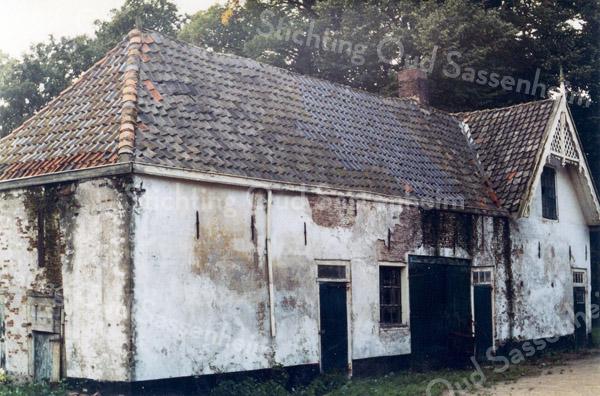 F0621b <br /> De voormalige schuur en koetshuis op het landgoed Ter Leede. Het rechter gedeelte met de bewerkte gevel hoorde vermoedelijk bij het woonhuis van de koetsier en tuinman. Het pand is thans geheel verbouwd en ingericht als woonhuis. Het behoorde, samen met de boerderij bij het Huis ter Leede, toentertijd bewoond door baron van Heemstra. Foto: jaren '90.