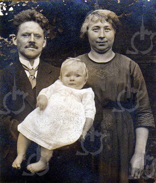 F4534<br /> Wicher Doornbosch en Johanna Frederika Kobes en hun dochter.