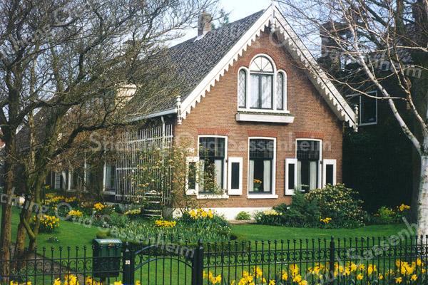 F0507 <br /> Hoofdstraat 313, het karakteristieke woonhuis van de fam. Oosterveer, gebouwd rond 1890; vroeger bewoond door de fam. Rotteveel. Het bijzondere driedelige raam in de bovenverdieping wordt ook wel een 'engelenvenster' genoemd, vanwege de twee zijramen die op vleugels lijken.