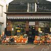 F1553 <br /> De groente- en fruitwinkel De Fruitfaas van de gebr. Koning (voorheen J. Faas) aan de Hoofdstraat. Het pand is in 2003 gesloopt om plaats te maken voor nieuwbouw. Foto: 1999.