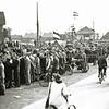 F0625a<br /> Bloemencorso bij kruispunt Sassenheim-noord. Op de achtergrond huize Hyacintha. Foto: 1948-1950