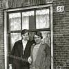 F2277<br /> Lena en Marie Meeuwissen voor het huis aan de Zandslootkade.