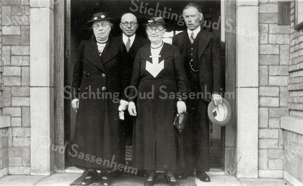 F0622 <br /> V.l.n.r.: Martje de Nobel-de Vries, Willem Zijerveld (aannemer), Lijsje Zijerveld-Vellekoop en Gerrit Jan de Nobel (sigarenwinkelier, nu in 2016 Primera Sassenheim) op het bordes van het voormalige gemeentehuis aan de Wilhelminalaan. Foto: 1938.