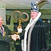 F2569<br /> Prins Maup (Willem de Jong) van carnavalsvereniging De Saksen ontvangt de sleutel uit handen van burgemeester C.J. Waal in het gemeentehuis van Sassenheim. Foto: 2004.