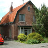 F2670<br /> Het huis van de familie van Rijn. Dit scheefgezakte huis is inmiddels afgebroken en nu is een geheel nieuwe woning gebouwd in dezelfde stijl, 'Huize Zomerlust'.