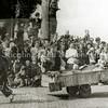 F3064<br /> Bevrijdingsoptocht in Sassenheim na de oorlog. Uitgebeeld wordt de tocht naar 'de Noord', met 'Expeditie De Snelle Wandelaar'. Vóór de kar lopen Mien Heijns en haar nicht Jo Koppier staat links van haar.  Wijnand Heijns loopt achter de kar. Zie ook foto F3063.