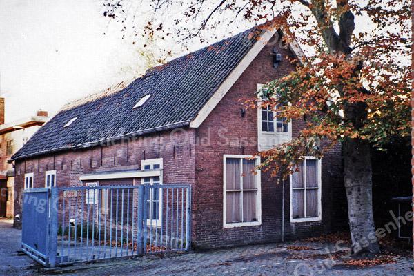F0192 <br /> Een oude bollenschuur van de firma Anton v.d. Voort & Zn., gelegen achter de modezaak Jolentha aan de Hoofdstraat 169. Het bouwjaar is niet bekend, maar het schijnt altijd bollenschuur geweest te zijn. Van der Voort kocht de schuur in 1922, de nieuwere schuur daarachter is in 1927 gebouwd. Zoon Leo moest in de beginjaren zestig via een onteigeningsprocedure het land daarachter verkopen. In de hanebalken van de oude schuur heeft ene Beijk met potlood een jaartal uit de vorige eeuw geschreven. Het juiste jaartal wist Leo niet meer. In 1996 werd het pand gebruikt voor opslag van diverse materialen. Het woonhuis en de twee schuren zijn in 1980 verkocht. De schuur op de foto is in 2002 gesloopt. Foto: 1996.