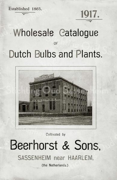 F2342<br /> Een affiche uit 1917, in het Engels, van de firma Beerhorst & Zonen.  Beerhorst begon na 1902 zelfstandig een bedrijf, genaamd Beerhorst & Zonen N.V. Dat bedrijf was gevestigd naast Huize Sassem, het oude burgemeestershuis, Hoofdstraat 80. Beerhorst kocht hiervoor bouwterrein van de St. Pancratiusparochie, waarop hij een woonhuis en een grote bollenschuur liet bouwen. Er bestaan geen andere foto's van het bedrijf dan deze op de folder. Er is geen duidelijk uitsluitsel, maar waarschijnlijk stond de schuur schuin achter villa De Tijloos. Dus tussen de twee genoemde huizen in, maar dan verder naar achteren.
