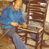 F4182 <br /> Mandenmaker Bert van Duyvenbode, die werkte bij mandenmakerij Wim van Biezen.