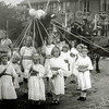 F1530 <br /> Bevrijdingsfeest. Kinderoptocht van buurtvereniging DVV op 25 juli 1945. De boom met de duif is gemaakt door de dochters van Willem Moolenaar, die toen op Kerklaan 75 woonde. <br /> DVV werd opgericht op 11 juni 1945. In 1952 werd de speeltuin ingericht en op 19 juli van datzelfde jaar geopend.