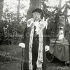 F1152 <br /> Feestelijke herdenking 1813-1913, het Onafhankelijkheidsfeest, dat op 17 en 18 september 1913 gevierd werd. We zien een figurant uit de vierde groep van de historisch-allegorische optocht die op donderdag 18 sept. plaatsvond. Hier zien we wethouder B.P. Roest verkleed als Gijsbert Karel van Hogendorp (van het bekende driemanschap). De optocht was onderverdeeld in vijf groepen. Elke groep beeldde een historisch thema uit: vóór, tijdens en na de Franse tijd (1795 – 1813).