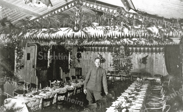 F0397 <br /> Feestzaal in koffietent De Uiver, eigendom van de fam. Van Zoen. De kerstmaaltijd voor de gemobiliseerde militairen. Foto: 1939.