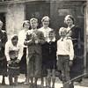 F4409<br /> De familie Hooijmans. Mevr. Hooijmans staat rechts. De drie jongens vlnr: Toon, Frans en Gerard. Achter Toon en Frans staat Dora Rotteveel, dienstmeisje.