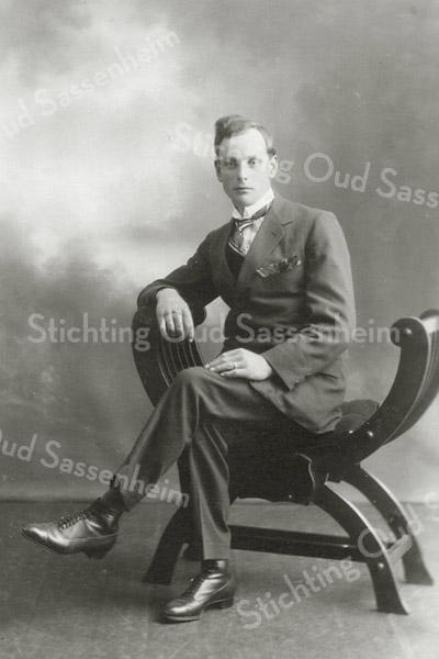 F2838<br /> Jacobus Hoogervorst, geb.28-09-1898, gehuwd met Gijsbertha Los. Overleden 30-01-1981.<br /> Woonde Tijloosstraat 1.
