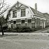 F1350a <br /> Een woonhuis en daarachter een bollenschuur aan de J.P. Gouverneurlaan nr. 30, gebouwd in 1913. De bollenschuur was in gebruik door Esseveld & de Wilde, daarna door Heikoop & Voorsluijs. In het huis heeft het laatst de fam. Voorsluijs gewoond. Na sloop van woonhuis en bollenschuur kwam hier het LTB-accountantsbureau en nu (2016) is hier sinds vele jaren het notariskantoor De Ruiter gevestigd. Het huis rechts op de foto staat er nog.