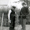 F3428<br /> Cornelis Vis (rechts in gesprek met een onbekende man