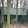 F0377 <br /> De voorraadschuur in park Rusthoff, gebruikt voor opslag van het voer, bestemd voor de dieren van de kinderboerderij. Op een klassenfoto van de Fröbelschool uit 1928 (F0111) is diezelfde schuur al te zien. Toentertijd hoofdzakelijk voor gereedschappen en opslag van palen etc. van parkwachter Van der Zon en later Van Leur. Later is de schuur afgebroken. Foto: 1997.