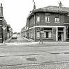 F1298a <br /> Doorkijkje in de Burchtstraat vanaf de Hoofdstraat rond 1980. De huizen in de Burchtstraat gingen in 1990 onder de slopershamer, na jarenlange discussies waarbij de emoties soms zeer hoog opliepen. Het hoekhuis rechts (kapper Uphoff) plus beide panden ernaast waren in 1981 al gesloopt. Het hoekhuis links (Hoofdstraat 295) staat er nog. Hier woonde zo'n honderd jaar geleden A. le Clercq.