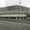 F2822<br /> Dit in glas en beton opgetrokken bedrijfspand werd in 1961<br /> gebouwd voor het confectiebedrijf Hygia. Het lag achter de<br /> oude panden van de Hygia, die aan de Menneweg stonden.<br /> Het pand is in 1979 afgebroken om plaats te maken voor de<br /> Apollostraat en het Planetenplein.