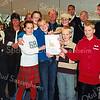 F2510<br /> Burgemeester Waal reikt het veiligheidscertificaat uit aan alle basisscholen. Foto: 2003