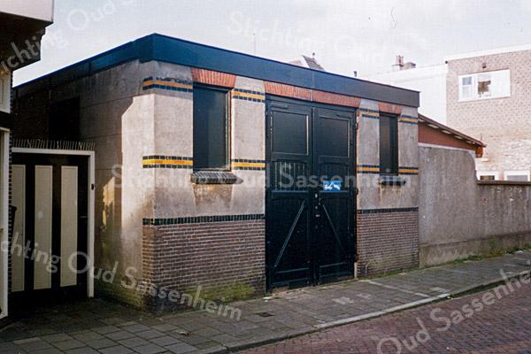 F0886a<br /> Het voormalige brandspuithuis in de Floris Schoutenstraat, vanaf de Hoofdstraat gezien rechts vooraan. Gesloopt in het najaar van 2001.
