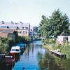 F4307<br /> Gezicht op de Sassenheimer Vaart vanaf de brug in de Concordiastraat. Links de nieuwe huizen langs de Bijweglaan. Rechts de bungalows op het voormalige terrein van 'Weltevreden'. Foto: 2003