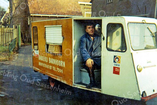 F1830 <br /> Bakker Bram Barnhoorn met zijn broodbezorgwagen. Foto: nov. 1970.