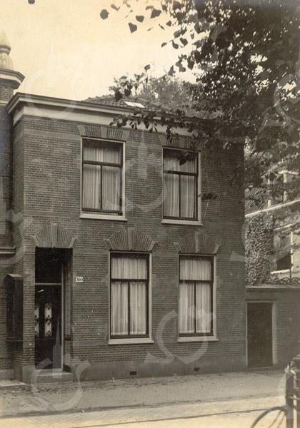 F0792 <br /> In 1899 werd dit burgerwoonhuis gebouwd voor W. van Deursen en voor rekening van J.A. Charbon, gelegen aan de Hoofdstraat 160 volgens de oude nummering (links naast Rusthoff). Thans (2016) is er op Hoofdstraat 224 het reisbureau VakantieXperts gevestigd. Foto: vóór 1921.<br /> <br /> [Collectie Oudshoorn 016: burgerwoonhuis J.A. Charbon 1899 (W. van Deursen).]