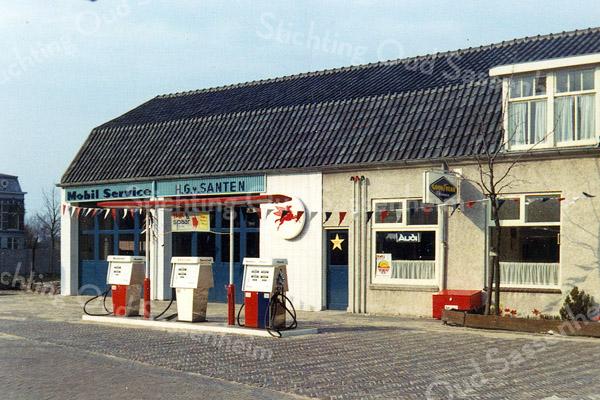 F1125 <br /> Garage en woonhuis van H.G. van Santen, voorheen Ep Postma. Eerste eigenaar was de fa. G. Wesseling Op deze plek is de nu de parkeerplaats van de Digros.