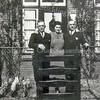 F3950<br /> Molenstraat 9. Achter het hek staan vlnr. mandenmaker Wim van Biezen, Corrie van Biezen-Tulvan en Jo van Biezen.