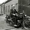 F0027 <br /> Arie Oudshoorn op de Indian motor van Harold Olie. De foto is genomen achterin de Zuiderstraat. Zijn vader Klaas Oudshoorn had daar een bollenbedrijf en hij had aan de noordzijde van de Zuiderstraat een schuur. Arie werd in 1996 90 jaar en woonde in een van de flatjes van Huize Rustoord in Lisse. Arie Oudshoorn is in 1997 overleden. Foto: ca. 1930. Zie ook foto's F0028/29/30