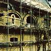 F0596b <br /> Restauratie Ned.-herv. kerk vanaf 1971-1973 door architect Van der Sterre. Het oude tufstenen gedeelte en de kleine romaanse ramen, die in de muur ontdekt waren, werden weer in oorspronkelijke staat teruggebracht. De oude, uit de begin van de 20ste eeuw daterende kerkenraadskamer werd weggebroken en vervangen door een nieuw gebouw. De oude zij-ingang aan de kant van de Hoofdstraat werd weer aangebracht en het 18de-eeuwse koor werd eveneens gerestaureerd. De toren was al eerder gerestaureerd in 1957-1958.   Foto: 1971.