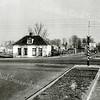 F1032 <br /> Het huisje van Van Eijk op het kruispunt Sassenheim-noord. Links daarachter is de bouw van de huizen aan de Ter Leedelaan zichtbaar. Foto: ca. 1948.