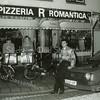 F3446<br /> Pizzeria Romantica, gelegen op de hoek Hoofdstraat/Kastanjelaan.