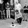 F2518<br /> Wethouder Wilbrink plaatst een anti-geweldstegel bij de ingang van het jongerencentrum Fascinus. Foto: 2003.