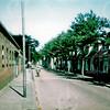 F4600<br /> Oude Zuilhofstraat kijkend richting Hoofdstraat. Links de bollenschuur van De Vroomen en rechts de huizen.