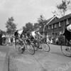 F3681<br /> De wielerronde door de Meidoornlaan vanuit de Berkenlaan richting Lindenlaan..