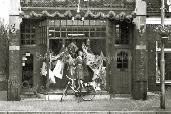 F2924<br /> De Damesmodezaak van Melman aan de Hoofdstraat, afgebroken in mei 1980.