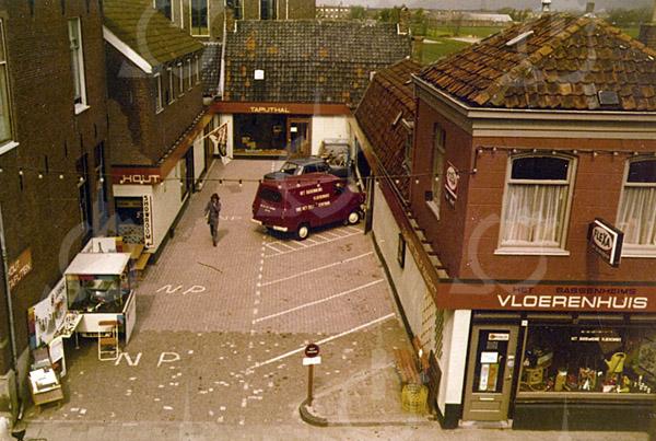 F4315<br /> Links het huis waar vroeger de familie Juffermans woonde. Rechts het Vloerenhuis. Achter de Tapijthal (op de achtergrond) staat de bollenschuur van Juffermans.