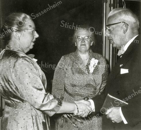 F0904b <br /> Receptie van mej. C.M.Wilbrink ter gelegenheid van haar 40-jarig jubileum als onderwijzeres aan de Hervormde School aan de Jacoba van Beierenlaan. Links de jubilaresse, in het midden haar zuster en rechts burgemeester jhr. R. Sandberg van Boelens. Foto: 1 juli 1959.