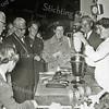 F1190a <br /> Demonstratie van een huishoudelijk apparaat bij de fa. IJsselmuiden. In het midden: burgemeester jhr. mr. R. Sandberg van Boelens. Links van hem wethouder A. Vogelaar. Rechts naast de burgemeester mevr. IJsselmuiden, dan een onbekende en daarnaast dhr. P. IJsselmuiden. Foto: 1955.