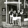 F2383<br /> Banketbakkerij Jack F. Meijer op de hoek van de Zandslootkade en de Hoofdstraat, bij de Oude Postbrug. V.l.n.r.: Frank Meijer, zoon van de bakker; de bakker Jack F. Meijer en Ben Hammes. Foto: 1966.