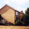 F0675 <br /> Het huis van J.H. Hoogkamer, Hoofdstraat 360. De gebr. Hoogkamer hebben hun bedrijf in bloemen en planten in 2000 stopgezet. Het huis op de foto is blijven staan, maar het bedrijfsgebouw en de bijbehorende tuin zijn verdwenen. Op die plek en op de tuin daarachter zijn moderne villa's gebouwd, gelegen aan de Hoofdstraat, de Merellaan en de Merelhof. Foto: 1999.