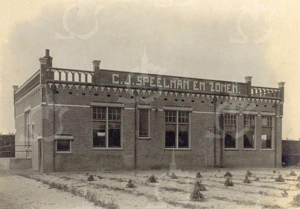 F0764 <br /> Het kantoor van het bloembollenbedrijf van C.J. Speelman en Zonen. De bedrijfsgebouwen werden voor de bouw van de huizen van de Postwijk gesloopt. Alleen de romp van de koren- en pelmolen De Nijverheid bleef behouden. (ter oriëntatie: De molenromp valt net links buiten de foto.) De molen werd in 1868 door Speelman gekocht; in datzelfde jaar richtte hij zijn bloembollenbedrijf op. Foto: vóór 1921.<br /> <br /> [Collectie Oudshoorn 069: kantoor C.J. Speelman & Zonen.]