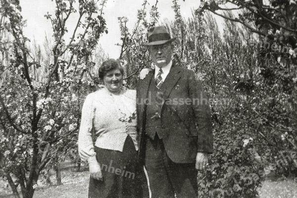 F0991 <br /> Theodora Catharina Cornelia Gerarda Alkemade (geb. 1889) en Johannes Adrianus van der Voort (geb. 1880) in de moestuin ter gelegenheid van hun 25-jarig huwelijk. Foto: 1939.