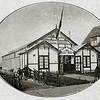 F2209<br /> Het nieuwe tentoonstellingsgebouw Bloemlust te Sassenheim aan de Hoofdstraat, schuin tegenover de Willem Warnaarlaan. In dit gebouw werden in de jaren '30 veel bloemententoonstellingen gehouden. Zie ook De Aschpotter nr.39, pag. 10-15.<br /> Illustratie uit het blad De stad Amsterdam van maart 1928.