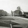 F0976 <br /> Hoofdstraat, gezien vanuit noordelijke richting. Uiterst rechts staat villa Vredesteyn, nu notariskantoor Schrama. Langs Vredesteyn zien we de oude huizen van de Burchtstraat. Links is nog een deel van voormalig verenigingsgebouw Concordia te zien. Foto: ca. 1951.